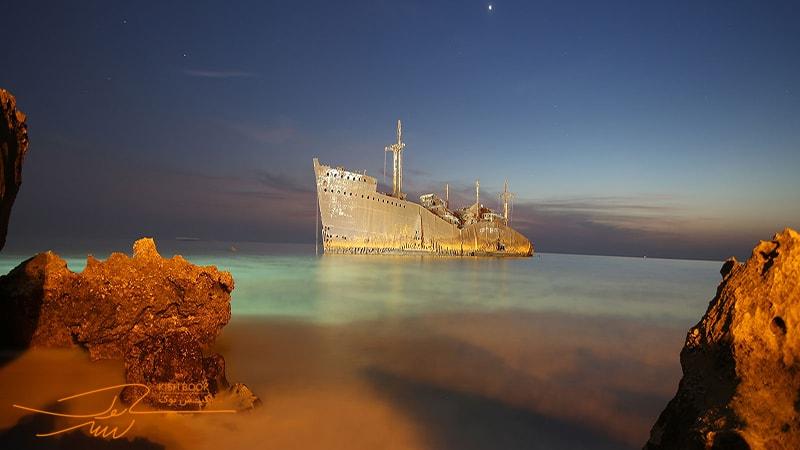 کشتی یونانی کیش در شب
